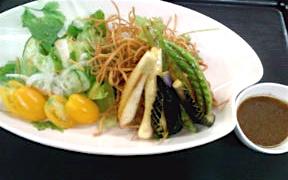 揚げそばと季節野菜のサラダ